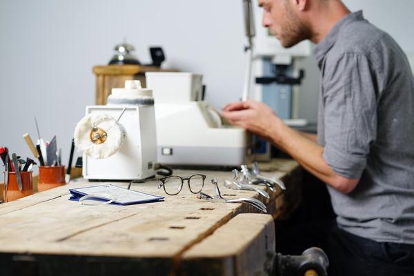 Jede Brille ein Meisterstück, gefertigt in hauseigener Werkstatt